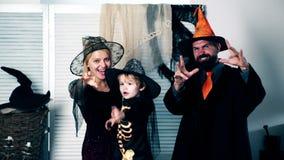 Padre e hijo felices de la madre de la familia en trajes en una celebración de Halloween Concepto de la celebración de Halloween  almacen de metraje de vídeo