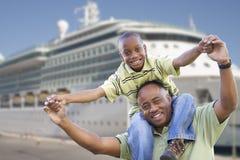 Padre e hijo felices delante del barco de cruceros fotografía de archivo libre de regalías