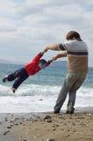 Padre e hijo felices en la playa Fotos de archivo libres de regalías