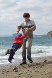 Padre e hijo felices en la playa Imágenes de archivo libres de regalías