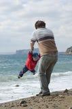 Padre e hijo felices en la playa Foto de archivo libre de regalías