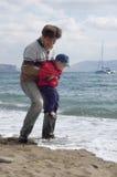 Padre e hijo felices en la playa Fotografía de archivo
