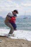 Padre e hijo felices en la playa Fotografía de archivo libre de regalías