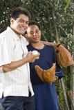 Padre e hijo interraciales con los guantes de béisbol Imagen de archivo