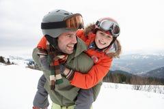 Padre e hijo jovenes el vacaciones del invierno Fotografía de archivo