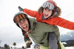 Padre e hijo jovenes el vacaciones del invierno Fotografía de archivo libre de regalías