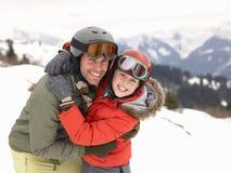 Padre e hijo jovenes el vacaciones del invierno Foto de archivo