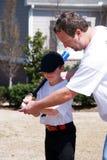 Padre e hijo/lección del béisbol Imagenes de archivo