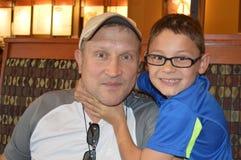Padre e hijo que bromean alrededor Imágenes de archivo libres de regalías