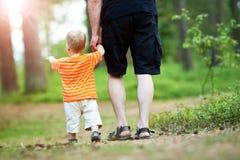 Padre e hijo que caminan en el bosque Fotografía de archivo libre de regalías