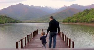 Padre e hijo que caminan en el puente almacen de metraje de vídeo