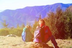 Padre e hijo que caminan en montañas escénicas Foto de archivo libre de regalías