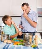 Padre e hijo que cocinan la cena Fotos de archivo libres de regalías