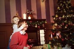 Padre e hijo que dan presentes en la Navidad Imágenes de archivo libres de regalías