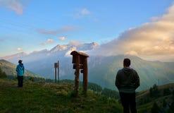 Padre e hijo que disfrutan de la puesta del sol en las montañas, montañas italianas, Sestriere Fotografía de archivo