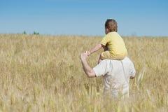 Padre e hijo que entran en el campo fotos de archivo