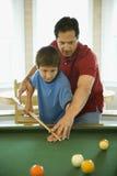 Padre e hijo que juegan al billar Imagen de archivo libre de regalías