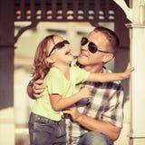 Padre e hijo que juegan cerca de la casa en el tiempo del día Fotos de archivo libres de regalías