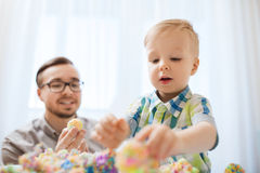 Padre e hijo que juegan con la arcilla de bola en casa Imagen de archivo libre de regalías