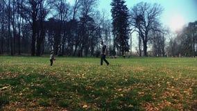 Padre e hijo que juegan con una bola