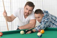 Padre e hijo que juegan el billar Foto de archivo