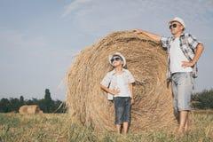 Padre e hijo que juegan en el parque en el tiempo del día Fotos de archivo