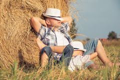 Padre e hijo que juegan en el parque en el tiempo del día Foto de archivo