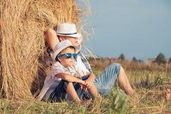 Padre e hijo que juegan en el parque en el tiempo del día Imágenes de archivo libres de regalías