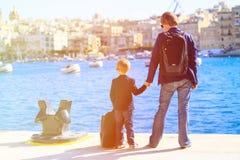 Padre e hijo que miran la ciudad de La Valeta, Malta Foto de archivo