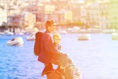 Padre e hijo que miran la ciudad de La Valeta, Malta Imágenes de archivo libres de regalías