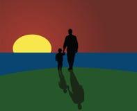 Padre e hijo que miran puesta del sol