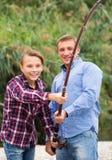 Padre e hijo que pescan junto en el lago Fotos de archivo libres de regalías