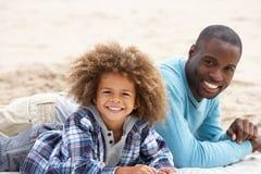 Padre e hijo que ponen en la playa imagenes de archivo