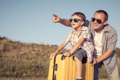 Padre e hijo que se colocan en el parque en el tiempo del día Fotos de archivo libres de regalías