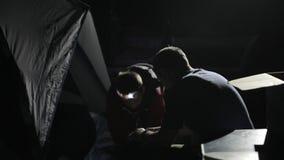 Padre e hijo que soplan los mattres para la tienda Tiro de la noche de la luz corta metrajes