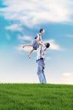 Padre e hijo que tienen un rato de la calidad al aire libre Foto de archivo libre de regalías