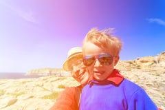 Padre e hijo que toman el selfie mientras que viaje adentro Fotografía de archivo libre de regalías