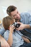 Padre e hijo que toman las fotos Fotos de archivo