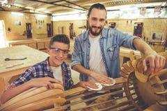 Padre e hijo que trabajan con madera Fotografía de archivo