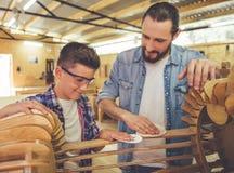 Padre e hijo que trabajan con madera Fotos de archivo libres de regalías