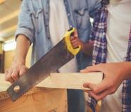Padre e hijo que trabajan con madera Imagen de archivo libre de regalías