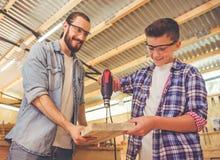 Padre e hijo que trabajan con madera Fotografía de archivo libre de regalías