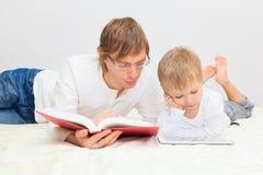 Padre e hijo que trabajan de hogar Imagen de archivo libre de regalías