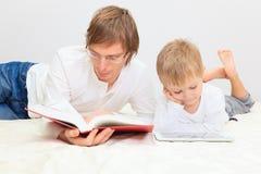 Padre e hijo que trabajan de hogar Fotos de archivo
