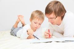 Padre e hijo que unen Imagen de archivo libre de regalías