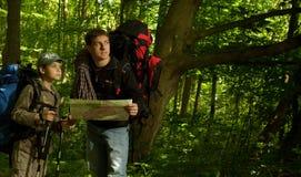 Padre e hijo que van de excursión en bosque Foto de archivo libre de regalías