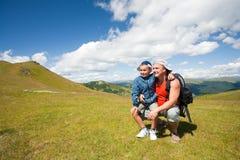 Padre e hijo que van de excursión en las montañas Fotografía de archivo