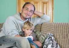 Padre e hijo que ven la TV Fotografía de archivo