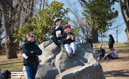 Padre e hijos en el parque Fotografía de archivo libre de regalías