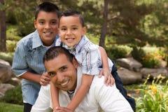 Padre e hijos en el parque Foto de archivo libre de regalías